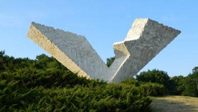 """Spomenik """"Prekinut let"""" (poznat i kao V3) pored koga je 2012. godine prvi put zvanično obilježen Dan sjećanja na srpske žrtve u Drugom svjetskom ratu"""