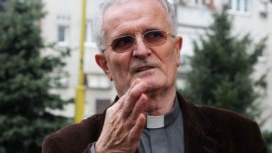 Župnik iz Teslića poklonio invalidima 12 električnih kolica